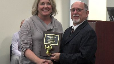 Tracie Rings receiving the LAMP award from the Alabama Library Expo